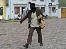 ... när en maskerad man kliver över torget med bestämda steg!