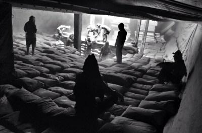 Buruh angkut menata sak-sak semen ke dalam Lambung Kapal di Pelabuhan Sunda Kelapa, Jakarta, Jumat (21/11/14). Buruh angkut Sunda Kelapa mampu menata/mengangkut 5-7 truk semen per hari ke dalam lambung kapal.