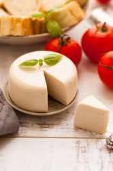 Vegan mozzarella cheese! Delicious, non- dairy alternative for all the cheese lovers. Super yummy and easy to follow recipe! | via @annabanana.co