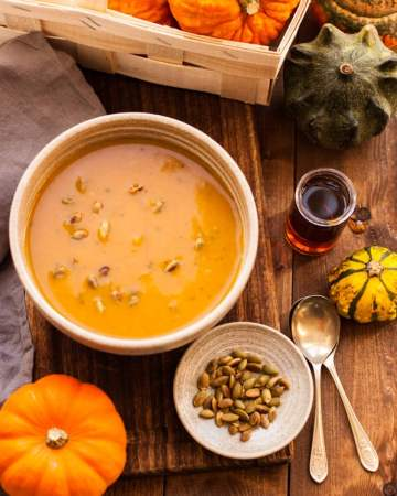 Delicious, full of flavour roasted pumpkin soup recipe. Soft, creamy and velvety bowl of goodness to keep you warm this Autumn!   via@ annabanana.co