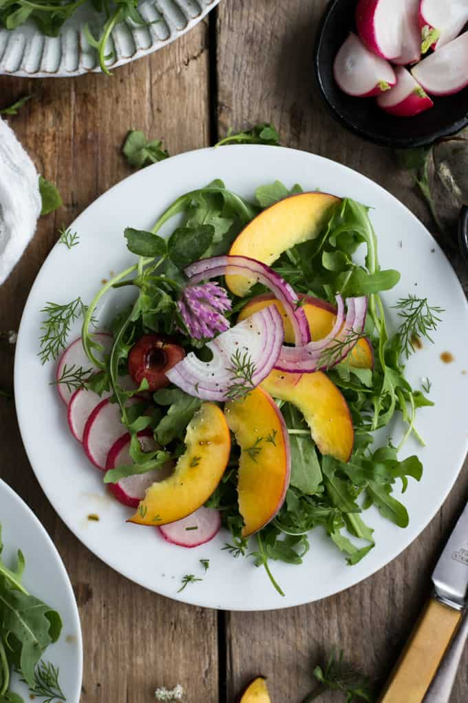 Summer peach and rocket salad with fresh dill | via @annabanana.co
