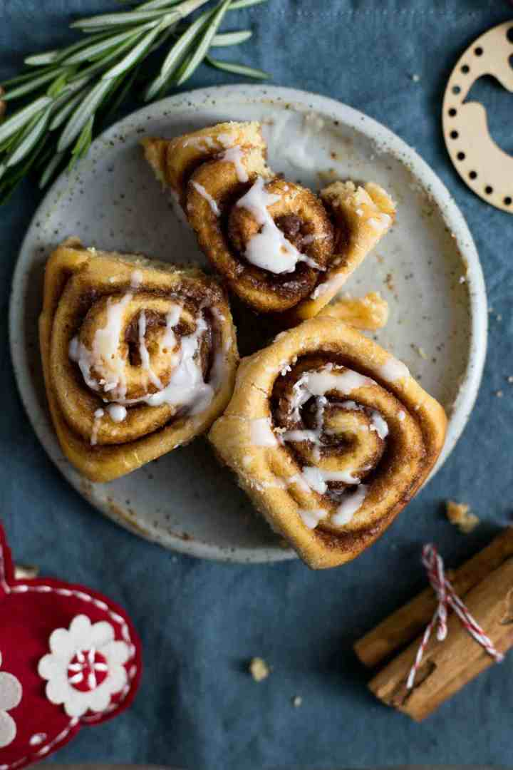 Sweet potato cinnamon rolls with icing #vegan #cinnamonrolls #brunch | via @annabanana.co