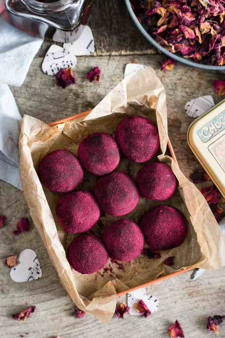 Delicious chocolate and peanut butter truffles. Great as a Valentine's gift for the loved ones! #vegan #truffles #healthysnack | via @annabanana.co