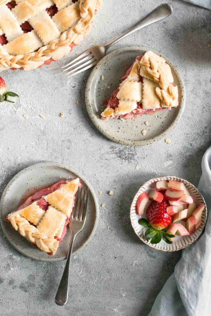 Lattice pie with rhubarb and strawberries. Easy recipe for a delicious classic! #dairyfree #rhubarbpie #strawberries #pie | via @annabanana.co