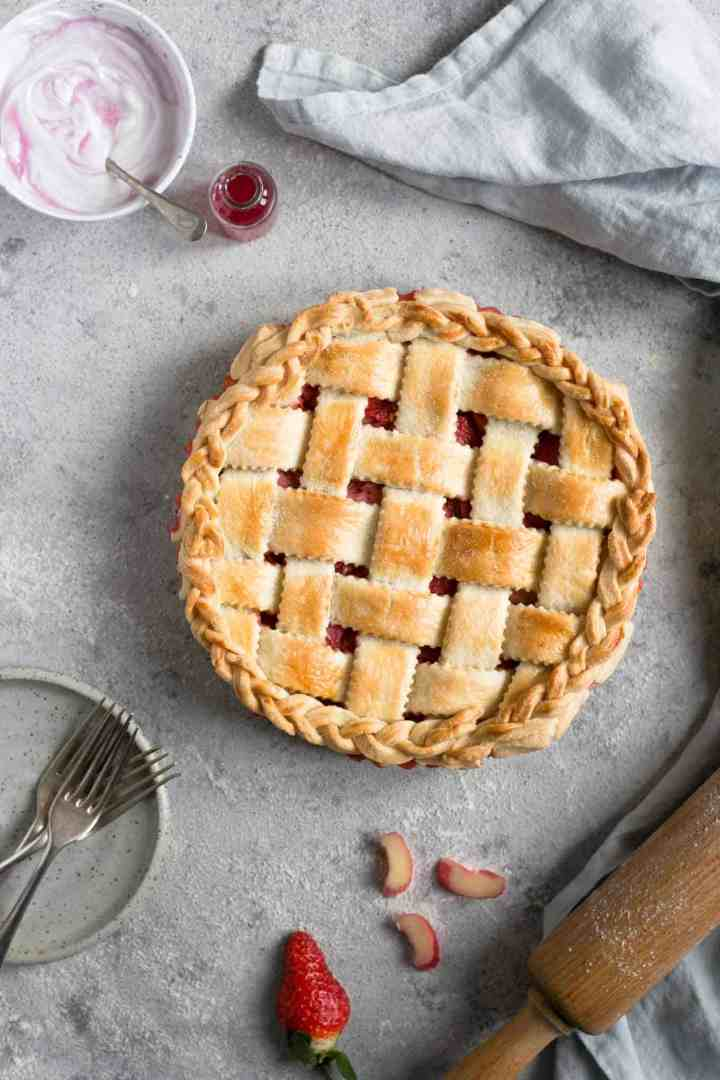 Lattice pie with rhubarb and strawberries. Easy recipe for a delicious classic! #dairyfree #rhubarb #vegetarian #pie | via @annabanana.co