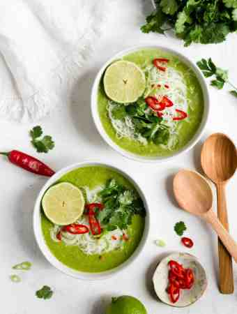 Flavoursome and aromatic pea and apple soup. Simple and quick recipe for delicious soup, ideal for lunch or light dinner. #soup #peas #vegetarianrecipes | via @annabanana.co