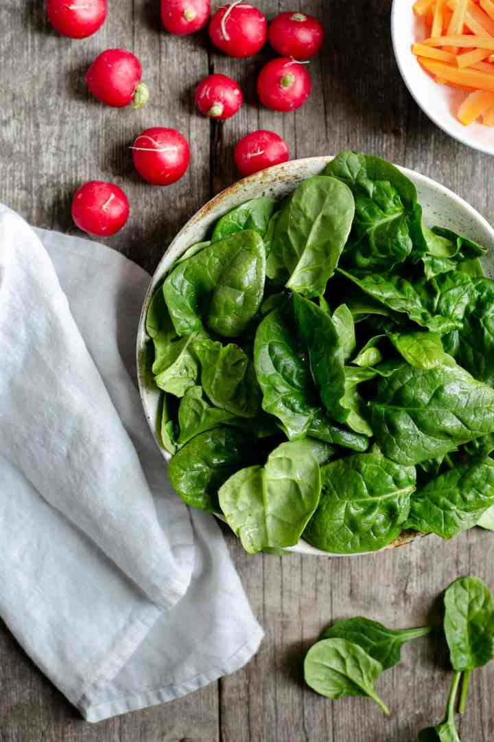 Fresh, super-clean spinach and beetroot salad #veganrecipe #saladrecipe #healthyfood | via @annabanana.co