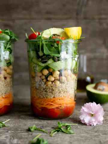 Easy and fun recipe for tomato and quinoa salad jars, perfect for work lunch or a picnic! #saladjars #foodphotography #mealprep | via @annabanana.co