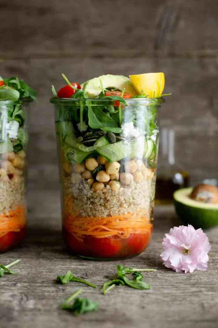 Tomato and quinoa salad jars. Easy and fun way to prepare your work lunch! #veganrecipes #mealprep #saladjar | via @annabanana.co