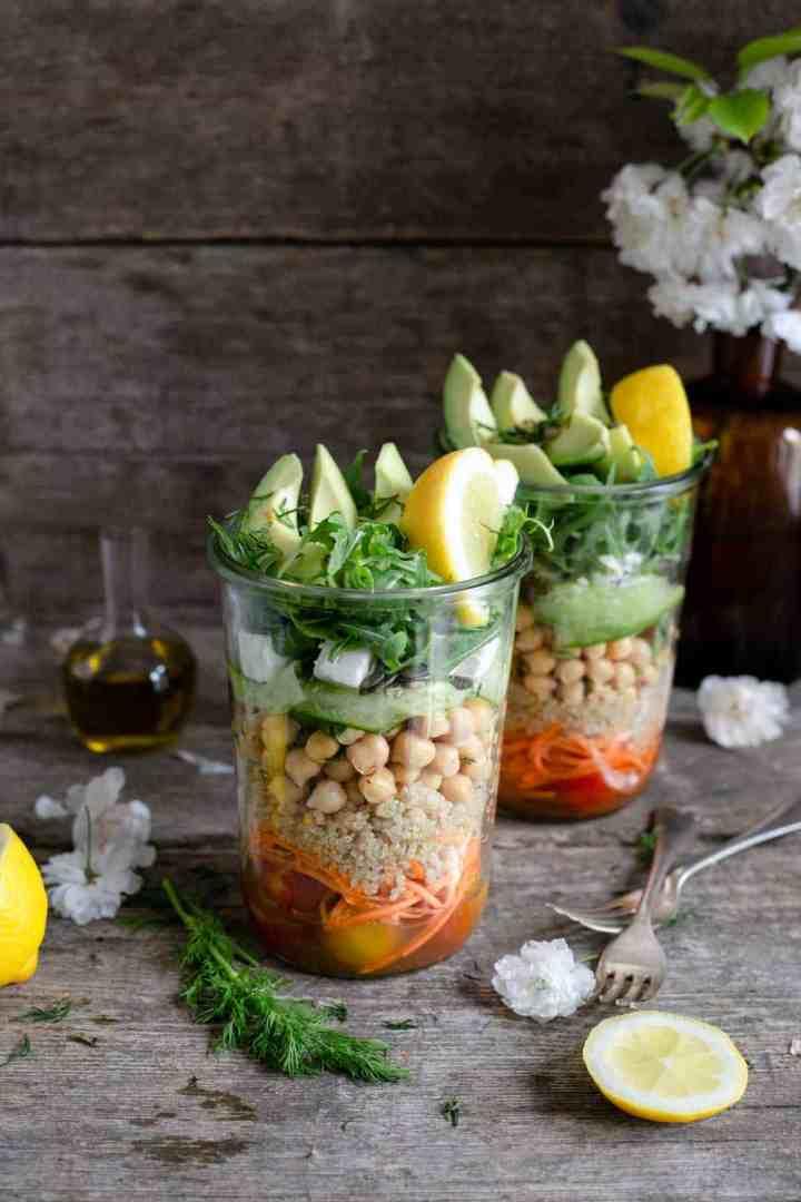 Tomato and quinoa salad jars, fun, healthy and delicious way to prep your meals! #veganrecipe #saladjar #healthyeating | via @annabanana.co