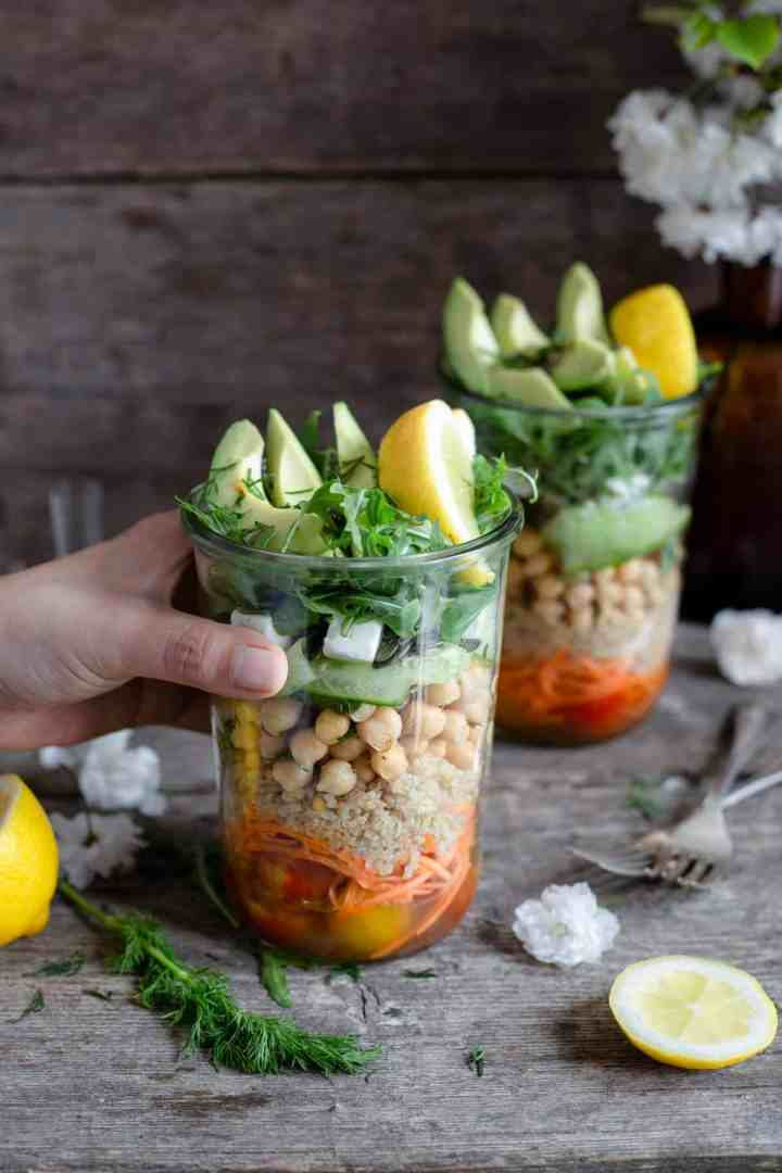 Tomato and quinoa salad jars. Easy and fun way to prepare your work lunch! #dairyfree #veganrecipe #saladjar | via @annabanana.co