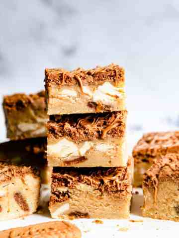 straight ahead close up angle of 3 biscoff blondie bars stacked on top of each other