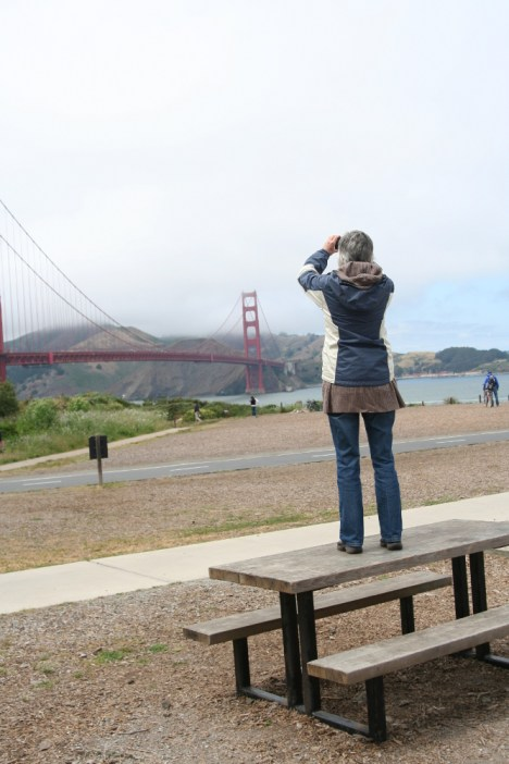 Mother, photographing the bridge. =P