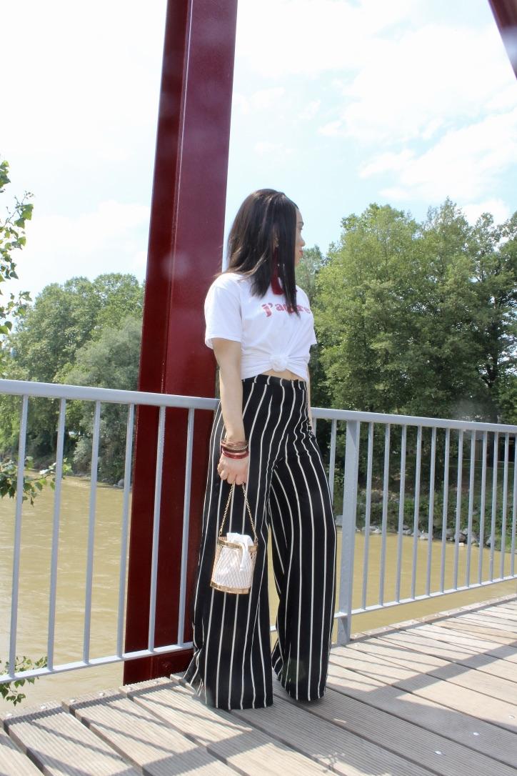 look pantalon rayures et top blanc