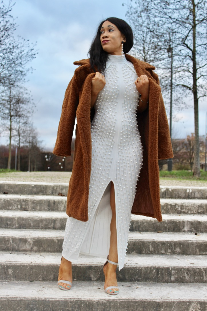 look robe blanche et manteau marron