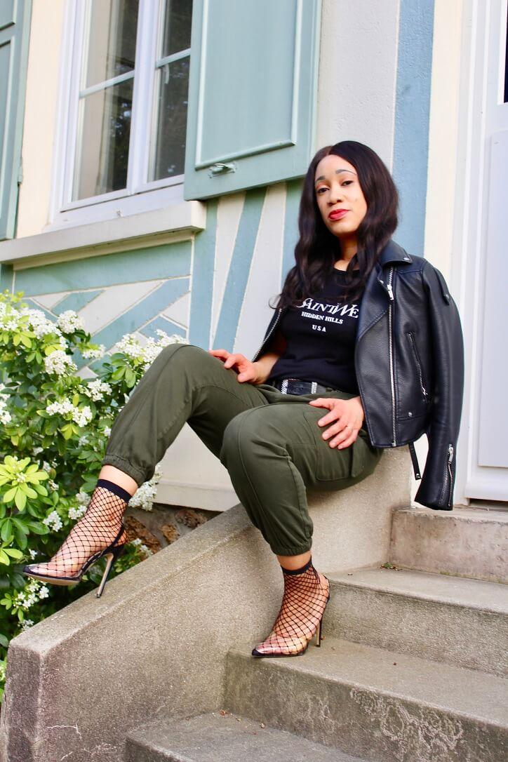 look pantalon cargo femme luxe et perfecto noir