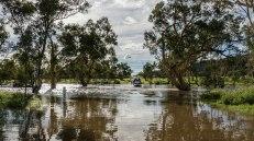auto ferme in mezzo al fiume (foto: Simone Chiesa)
