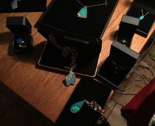 Alcuni esempi di pietre e gioielli. Ogni pezzo ha un proprio colore e una propria forma. Il colore dipende dalla disposizione e dalla concentrazione delle sfere di silicio all'interno delle pietra, responsabili della rifrazione della luce. (foto: Anna Luciani)