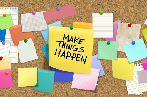 """Zettel an einer Pinnwand, auf dem steht """"Make Things Happen"""""""