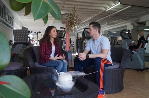 Anna und Thomas Mazur sitzen und unterhalten sich
