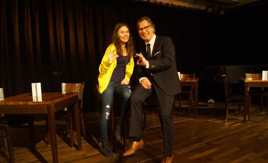 Anna und Jens Weidner, an einen Tisch gelehnt