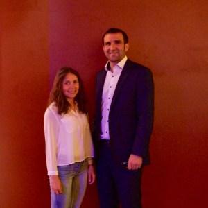 Anna und Stephan Kalhamer vor einer roten Wand