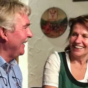 Ein Mann und eine Frau lachen sich an
