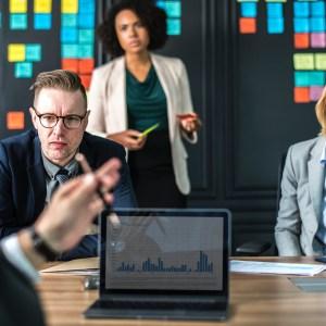 Vier Menschen einer Firma in einem Gespräch