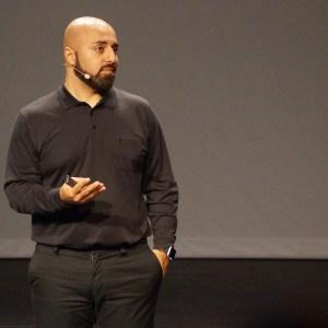 Ali Mahlodji auf der Bühne