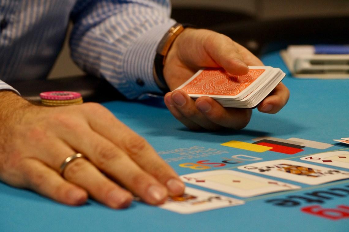 Stephan Kalhamer legt Pokerkarten auf den Tisch