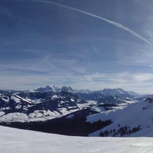 Aussicht auf dem Skiberg. Die Sonne strahlt.