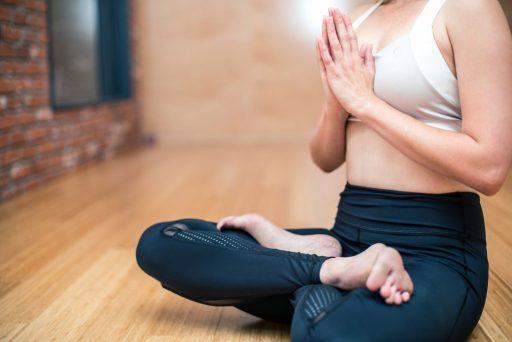 donna che pratica yoga in casa