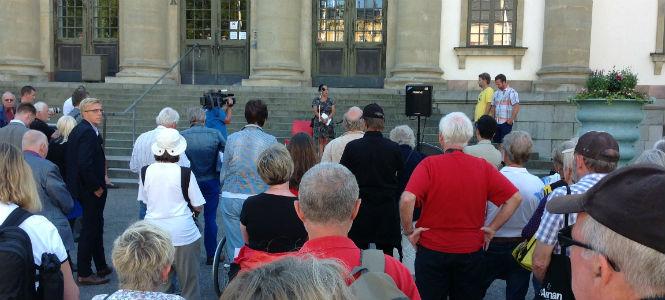 Stella Fare talar vid dagens demonstration