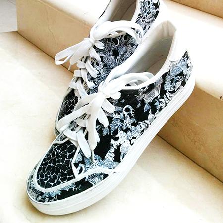 נעליים בשחור לבן