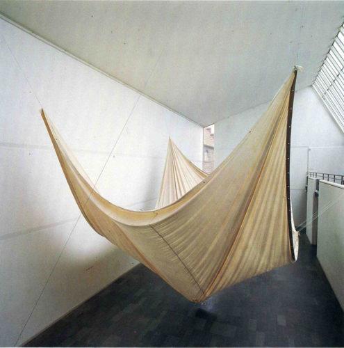 Conception, installation by Anna Stina Rehnström. Lund´s Konsthall. Från utställningen AKUT. Segelduk, 12 ggr 8 m. Ruttnande äpplen som sakta sipprar ut samt sprider en sötsur doft i hallen.