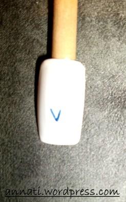 """Disegnate col Dark Blue Frost A140 una """"V"""" al centro dell'unghia."""
