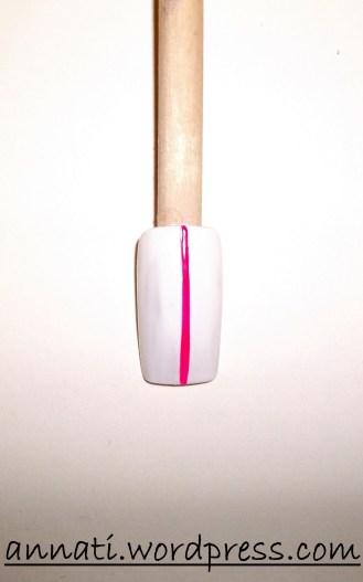 Con il Neon Fuchsia A122 tracciate una linea verticale al centro dell'unghia.