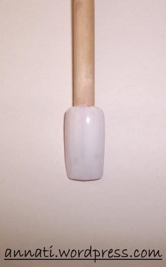 Dipingete l'unghia col colore di base che avete scelto.