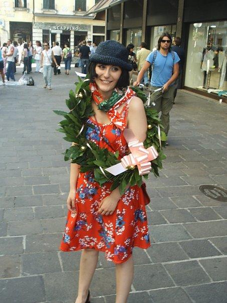 """(foto post proclamazione di Laurea  come da tradizione goliardica i miei  amici mi avevano addobbata con abiti """"vintage"""" e un cappellino in paglia) 026c89d93d72"""