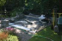 Nu har stenblocken börjat ställas ut i bakkanten mot bäcken.