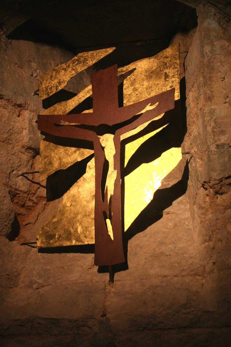 Christ de Gloire: acier rouillé, acier doré à la feuille d'or.