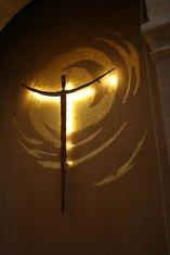 Espace de gloire: bois, acier rouillé, feuilles d'or.