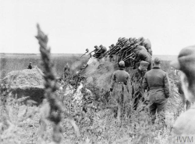 Ejecución masiva por la unidad de comando (Einsatzkommando) SS 12b del grupo de operaciones Einsatzgruppe D, cerca de Dubăsari, Moldavia. 14 de setiembre de 1941. Unos 4.000 judíos fueron asesinados aquí.