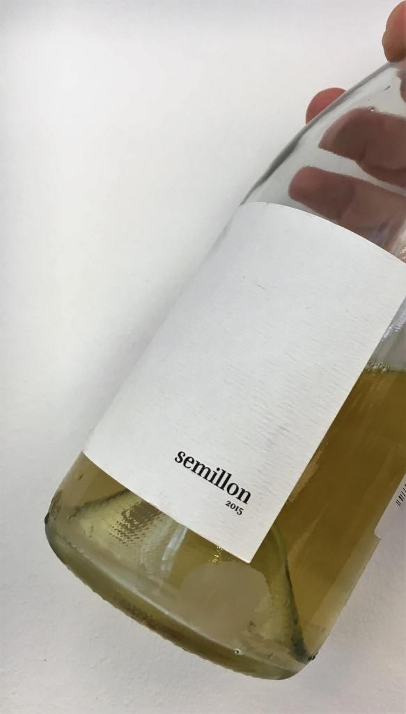Mange nye sommerviner legges snart ut for salg. Jeg er så heldig å få smake mange av disse nye vinene i forkant. Målet mitt er å dele noen av dem med deg. Men hvilke nye viner skal jeg velge? Her er en gresk vin med sedimenter i bunn av flaska