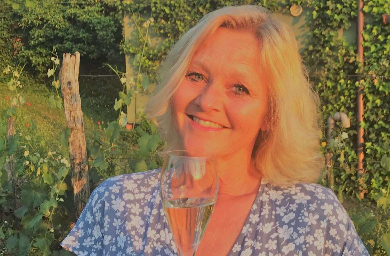 70 nye sommerviner kommer på Vinmonpolet 6 juli. Det er et aldri så lite boblebonanza, noe hvitt og rødt i utvalget. Trenger du forslag til nye viner i glasset, så følg med her. Fortsetter godværet, så er det gode nyheter for Vinmonopolet. Hittil i år har det vært en god økning i salget, mot en nedgang i fjor.