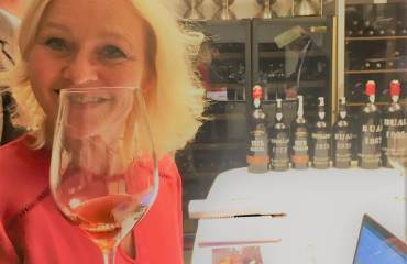 Du vet noen viner kan få hele deg til å bli et stort smil uten at du drikker den? Da jeg smakte på en rekke voksne Madeira-viner som nå lanseres i Norge ble jeg helt euforisk. Dyre er de, men så skal også en Vintage Madeira ha et evigvarende lagringspotensiale.