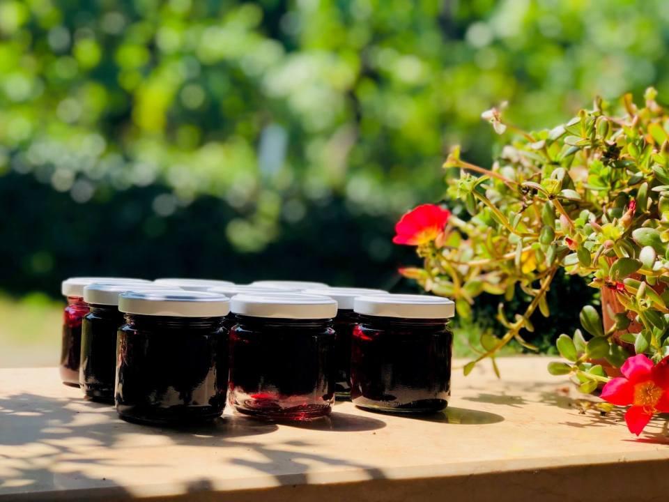 Sensommer er bjørnebærtid her i Italia, men også flere steder i Norge. Er du god på å bruke dem? Bjørnebær, ost og vin er en strålende kombinasjon.Sunt er det også. Her kommer en oppskrift.