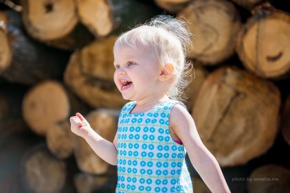 Little - fotoshoot - 2 jaar - zomers - spelen - lifestyle - hout