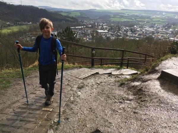 mullerthal trail met wandelstokken