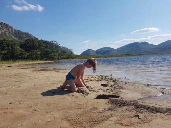 strandspel aan de Loch Hope